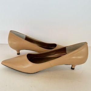Adrienne Vittadini tan pointed kitten heels Sz 6